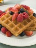 waffles сиропа плиты клена ягод стоковые фото