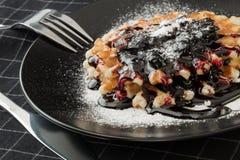 Waffles с вареньем и cowberry голубики Стоковые Фотографии RF
