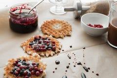 Waffles с вареньем и cowberry голубики Стоковое Фото