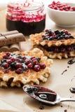 Waffles с вареньем и cowberry голубики Стоковая Фотография RF