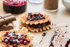 Waffles с вареньем и cowberry голубики Стоковые Изображения
