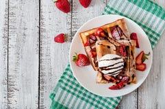 Waffles с клубниками и мороженым Стоковая Фотография