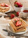 Waffles с клубниками для завтрака Стоковые Фото