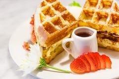 Waffles с клубниками стоковая фотография rf