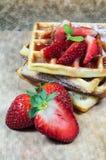 Waffles с клубниками Стоковое Фото