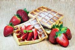Waffles с клубниками Стоковая Фотография