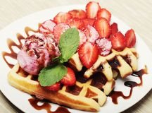 Waffles с клубникой и мороженым стоковые изображения