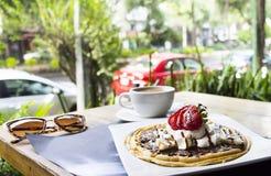 Waffles с мороженым и кофе стоковые фотографии rf