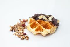 Waffles с предпосылкой белизны шоколада, гайки и granola Стоковое фото RF