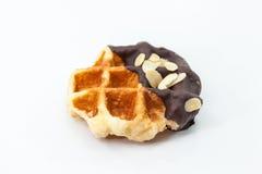 Waffles с предпосылкой белизны шоколада и гайки Стоковое Изображение