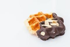 Waffles с предпосылкой белизны шоколада и гайки Стоковое Фото
