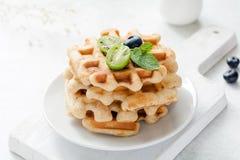 Waffles с свежими фруктами на белой плите Стоковые Изображения