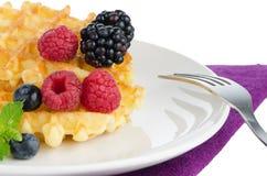 Waffles с свежими ягодами Стоковая Фотография