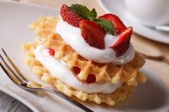 Waffles с свежим концом-вверх клубники и сливк горизонтальным Стоковое Изображение