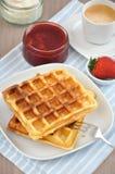 Waffles с сливк и клубниками Стоковые Изображения