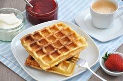 Waffles с сливк и клубниками Стоковая Фотография RF