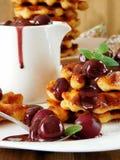 Waffles с соусом вишни и шоколада Стоковое Изображение RF
