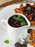 Waffles с соусом вишни и шоколада Стоковые Изображения