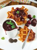 Waffles с соусом вишни и шоколада Стоковое фото RF