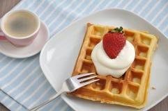 Waffles с сливк и клубниками Стоковое Фото