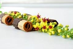 Waffles с шоколадом в белой предпосылке с цветками стоковое изображение rf