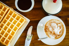 Waffles с шоколадом и кофе на деревянном столе Стоковые Изображения RF