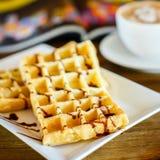 Waffles с шоколадом и кофе на деревянном столе Стоковая Фотография