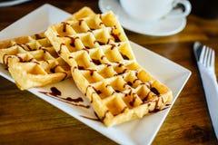 Waffles с шоколадом и кофе на деревянном столе Стоковое Изображение RF