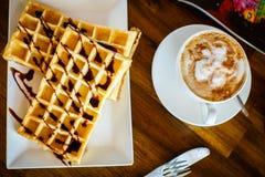 Waffles с шоколадом и кофе на деревянном столе Стоковое Фото