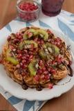 Waffles с шоколадом и свежими фруктами Стоковые Изображения