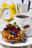 Waffles с ягодами и карамелькой для завтрака, вертикального крупного плана Стоковые Фото
