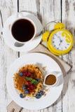 Waffles с ягодами и карамелькой для завтрака, взгляд сверху Стоковые Фотографии RF
