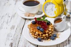 waffles с ягодами и карамелькой для завтрака Стоковое фото RF