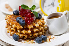 waffles с ягодами и карамелькой для сладостного завтрака, крупного плана Стоковое Фото