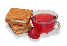 2 waffles, чашка чая плодоовощ и зрелые изолированные клубники Стоковое фото RF