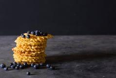 waffles Штабелируйте бельгийские waffles с голубиками на темноте - серой предпосылкой Стоковые Фото