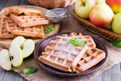 Waffles Яблока для завтрака на деревянном столе Стоковые Фото