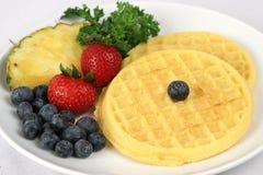 Waffles & placa da fruta fotografia de stock