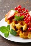 Waffles belgas caseiros com bagas Foto de Stock Royalty Free