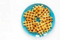Waffles belgas caseiros na placa azul imagem de stock royalty free