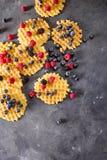 Waffles belgas com as bagas no fundo cinzento Conceito doce do alimento imagem de stock royalty free
