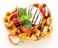 Waffles belgas com bagas (corintos, morangos) Fotos de Stock Royalty Free