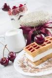 Waffles belgas com cereja imagens de stock royalty free