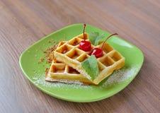 Waffles belgas com cereja Imagem de Stock