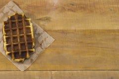 Waffles belgas doces que encontram-se na mesa Fotos de Stock