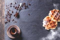Waffles belgas e café Fotografia de Stock Royalty Free