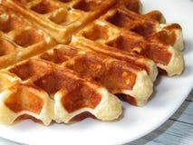 Waffles belgas em uma placa branca Foto de Stock