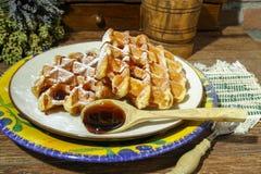 Waffles belgas frescos feitos a mão no fundo rural Imagem de Stock