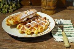 Waffles belgas frescos feitos a mão no fundo rural Fotografia de Stock Royalty Free