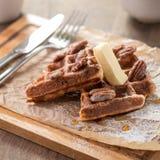 Waffles belgas tradicionais com xarope e manteiga Fotografia de Stock